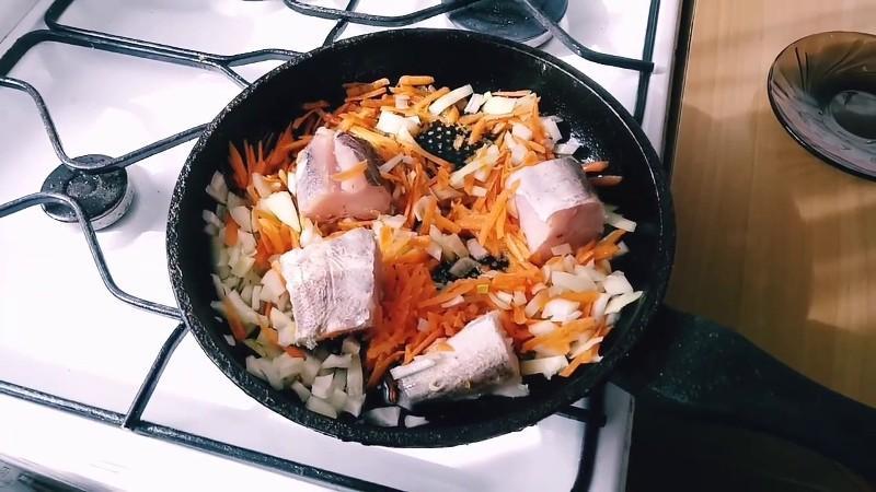 Шикарная идея для обеда или ужина — хек с рисом