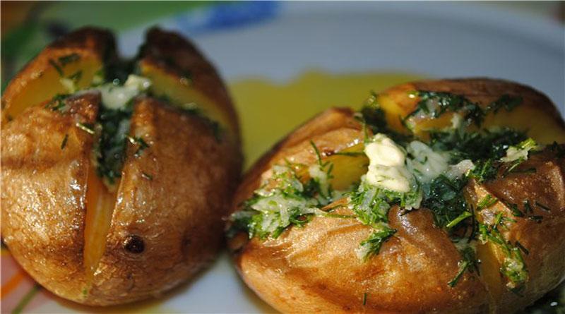 Ароматный картофель, печеный в мундире с чесночным маслом