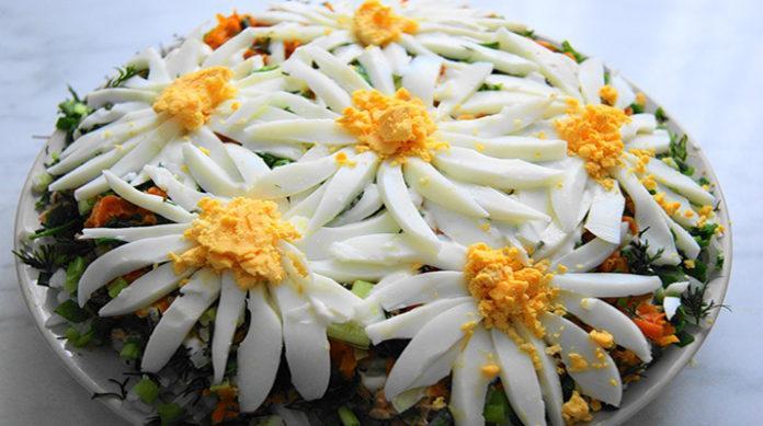 Слоеный салат «Ромашковое поле»