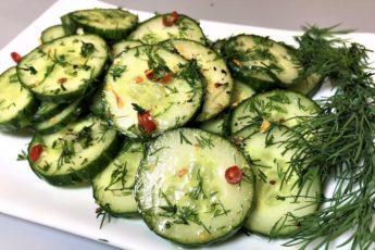 Изумительная закуска из свежих огурцов: отличное дополнение к молодому картофелю