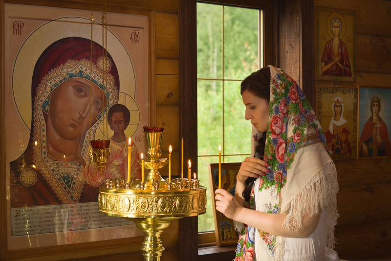 russian-woman-praying-in-church