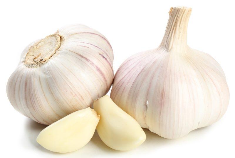 garlic-isolated-on-white
